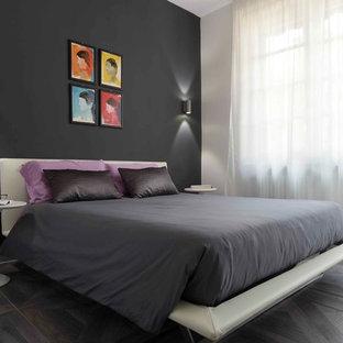 Foto di una camera matrimoniale design con pareti nere e parquet scuro