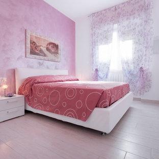 Ispirazione per una camera matrimoniale minimal di medie dimensioni con pareti rosa