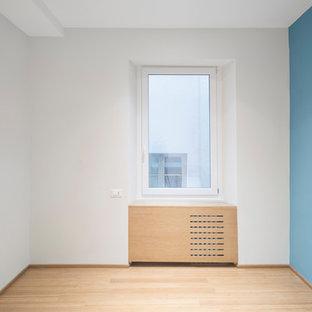 Идея дизайна: маленькая гостевая спальня в современном стиле с полом из бамбука, коричневым полом и синими стенами