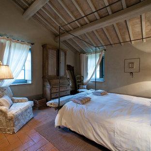Cette image montre une chambre d'amis rustique de taille moyenne avec un mur beige et un sol en brique.