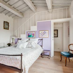 Esempio di una camera da letto tradizionale di medie dimensioni con pareti viola, parquet chiaro e pavimento beige