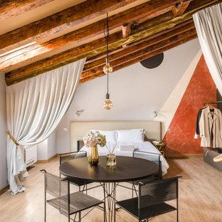 Foto di una camera da letto minimal con pareti bianche, parquet chiaro, pavimento beige, travi a vista e soffitto a volta