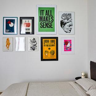 Ispirazione per una camera degli ospiti contemporanea di medie dimensioni con pareti bianche, pavimento in legno massello medio e pavimento beige