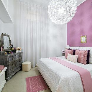 ローマの小さいエクレクティックスタイルのおしゃれな主寝室 (ピンクの壁、磁器タイルの床) のレイアウト