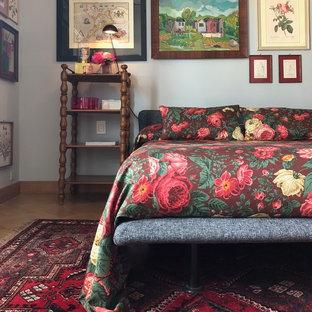 Ispirazione per una piccola camera matrimoniale eclettica con pareti grigie, pavimento marrone e pavimento in legno massello medio