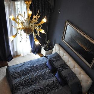 Modelo de dormitorio principal, ecléctico, grande, sin chimenea, con paredes negras, suelo de madera oscura y suelo marrón