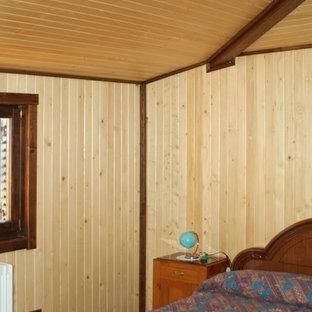 Стильный дизайн: маленькая гостевая спальня в современном стиле с коричневыми стенами, полом из ламината и коричневым полом - последний тренд