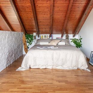 Modelo de dormitorio tipo loft, escandinavo, grande, con paredes blancas, suelo de madera clara y suelo beige