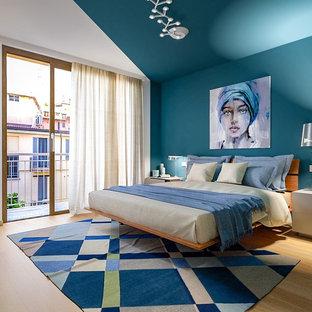 Idee per una camera matrimoniale design di medie dimensioni con pavimento marrone, pareti blu e pavimento in legno massello medio