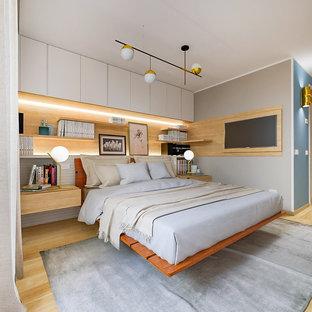 Ispirazione per una camera matrimoniale contemporanea di medie dimensioni con parquet chiaro, pareti grigie e pavimento beige