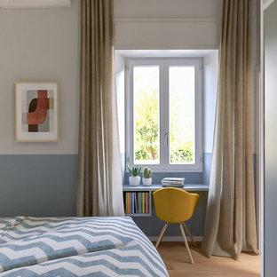 Diseño de dormitorio principal, contemporáneo, grande, con paredes multicolor y suelo de madera clara