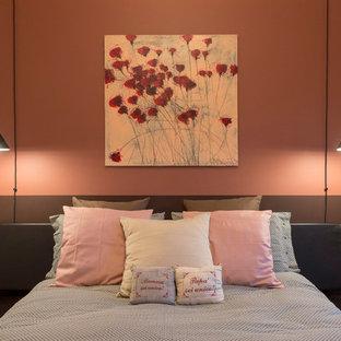 Immagine di una grande camera degli ospiti minimal con pareti multicolore