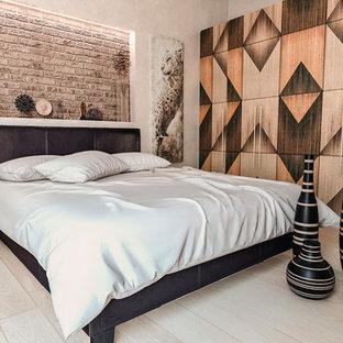 Idées déco pour une chambre parentale asiatique de taille moyenne avec un mur multicolore, un sol beige et un sol en bois clair.
