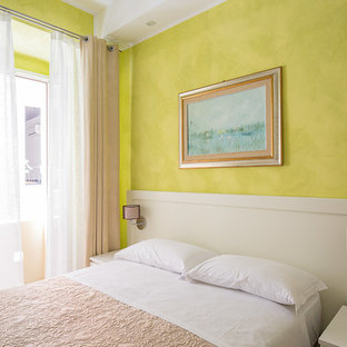 カリアリのコンテンポラリースタイルのおしゃれなゲスト用寝室 (緑の壁、磁器タイルの床、茶色い床) のインテリア