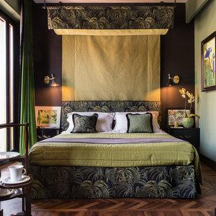 Esempio di una camera da letto eclettica con pareti verdi e parquet scuro
