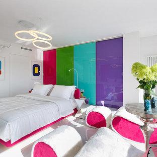 Foto di una camera matrimoniale design con pavimento bianco e pareti bianche