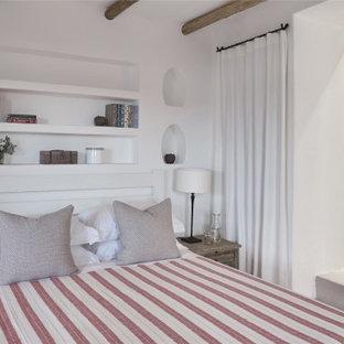 Ispirazione per una camera da letto costiera con pareti bianche e pavimento grigio