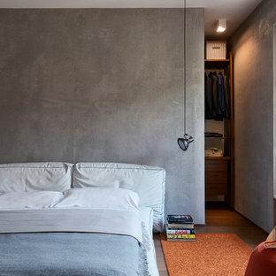 Ispirazione per una camera da letto minimal con parquet scuro e pavimento marrone