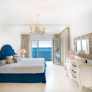 Immagine di una camera matrimoniale costiera con pareti bianche, nessun camino e pavimento beige
