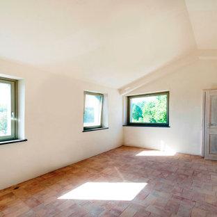 Diseño de dormitorio principal y panelado, de estilo de casa de campo, pequeño, panelado, con paredes blancas, suelo de ladrillo, suelo multicolor y panelado