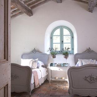 Foto de habitación de invitados rural, grande, con paredes blancas, suelo de baldosas de terracota y suelo multicolor