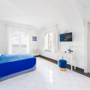 Foto di una camera matrimoniale mediterranea di medie dimensioni con pareti bianche, pavimento in gres porcellanato, pavimento bianco e soffitto a volta