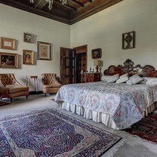 Idee per una camera da letto classica con pareti bianche e pavimento grigio