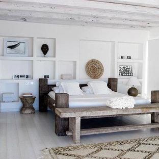 Foto di una camera da letto mediterranea con pareti bianche e pavimento beige
