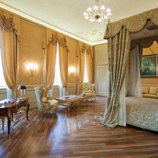 Foto de dormitorio principal, clásico, extra grande, con suelo de madera clara y paredes amarillas