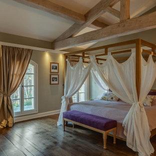 Idée de décoration pour une chambre parentale méditerranéenne de taille moyenne avec un mur beige, un sol en calcaire, un sol beige et un plafond voûté.