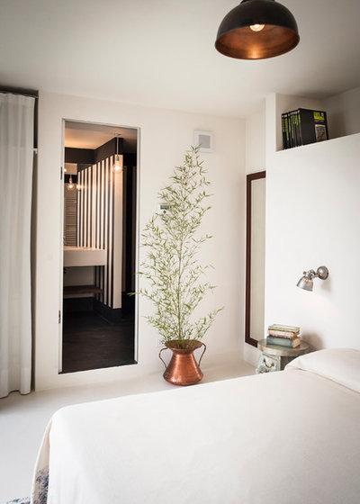 Farmhouse Bedroom by IB Studio