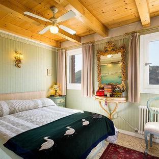 Esempio di una camera matrimoniale mediterranea di medie dimensioni con pareti verdi
