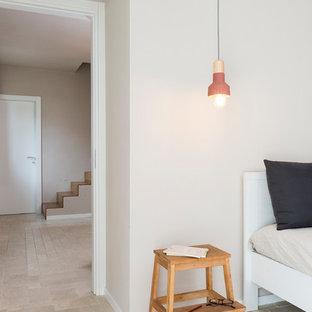 Imagen de dormitorio principal, de estilo de casa de campo, grande, con paredes beige y suelo de piedra caliza