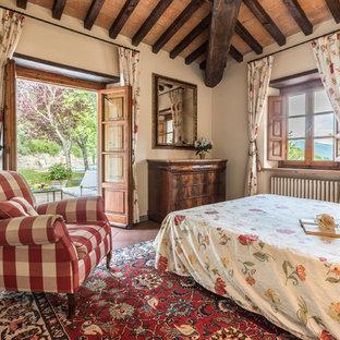 フィレンツェの中くらいのラスティックスタイルのおしゃれな主寝室 (ベージュの壁、テラコッタタイルの床、赤い床) のインテリア