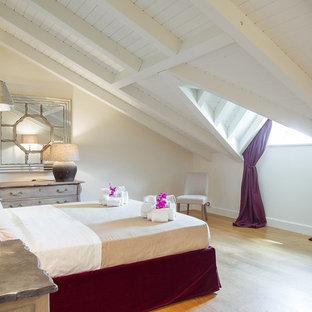 Idee per una camera degli ospiti classica di medie dimensioni con pareti beige, parquet chiaro e pavimento beige