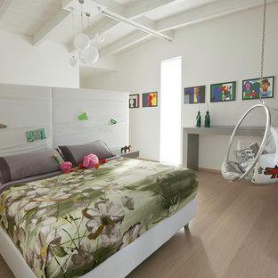 Immagine di una camera matrimoniale contemporanea di medie dimensioni con pareti bianche, parquet chiaro e pavimento beige