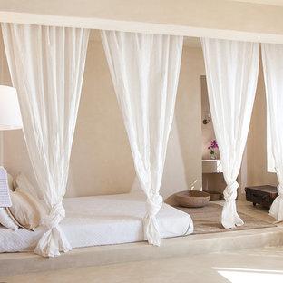 Foto di una camera matrimoniale mediterranea di medie dimensioni con pareti beige