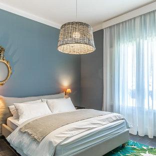 Ispirazione per una camera matrimoniale stile marino con pavimento grigio e pareti blu