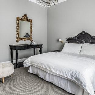 Idee per una camera da letto mediterranea con pareti grigie, parquet scuro e pavimento nero