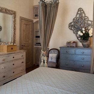 Foto de dormitorio principal, mediterráneo, con paredes rosas, suelo de baldosas de terracota y suelo rojo