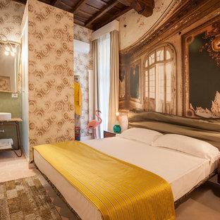 Idee per una camera da letto bohémian con pareti beige e pavimento in terracotta