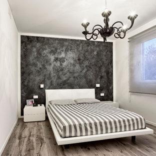 Foto di una piccola camera degli ospiti contemporanea con pareti nere, pavimento in laminato e pavimento multicolore