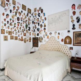 Foto di una camera padronale boho chic di medie dimensioni con pareti bianche e pavimento in marmo