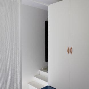Modelo de habitación de invitados urbana, pequeña, con suelo azul