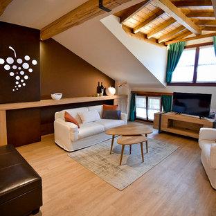 Imagen de dormitorio tipo loft, de estilo de casa de campo, grande, con paredes marrones, suelo de linóleo y suelo beige