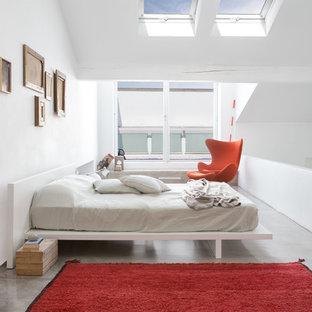 Ispirazione per una grande camera padronale design con pareti bianche e pavimento in cemento