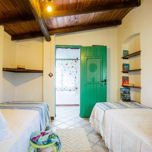 Свежая идея для дизайна: гостевая спальня среднего размера в морском стиле с белыми стенами, полом из керамической плитки и серым полом - отличное фото интерьера