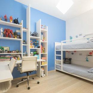 Foto di una cameretta da bambino minimal con pareti blu, parquet chiaro e pavimento beige