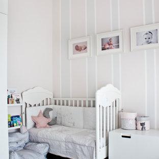 Idee per una cameretta per bambini da 4 a 10 anni chic di medie dimensioni con pareti rosa, pavimento in legno massello medio e pavimento marrone