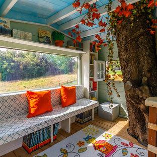 Ispirazione per una cameretta per bambini da 4 a 10 anni classica con pareti verdi e pavimento in legno massello medio